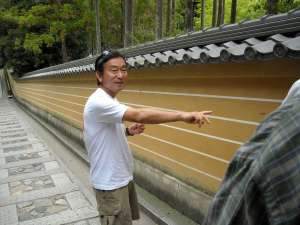 Hiroshi explains that this shrine is very highly regarded because the stairway has 5 stripes, the highest number of stripes