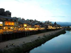 A very nice pic of a river in Kyoto at dusk